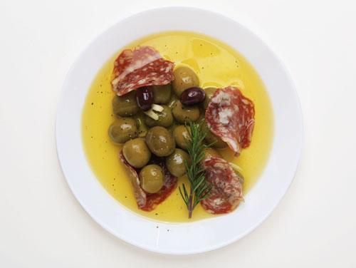 サラミと燻製オリーブ盛付