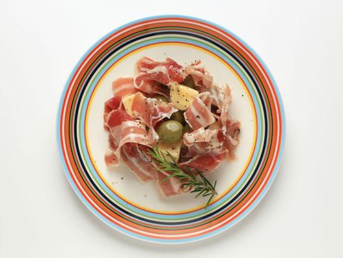 「チーズ&オリーブ(パンチェッタ)」をおしゃれに盛り付け