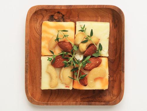 ジャックチーズのスモークナッツがけ